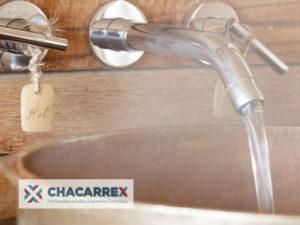 Agua caliente sanitaria en el grifo del baño
