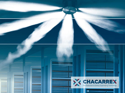 gas novec expandido por sprinkle de techo en sala de armarios rack de servidor