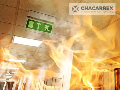 la señalización de emergencia es una parte de los sistemas de protección contra incendios. Además de obligatoria, puede evitar grandes tragedias.