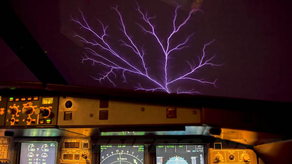 Fuego de San Telmo en la cabina de un avión